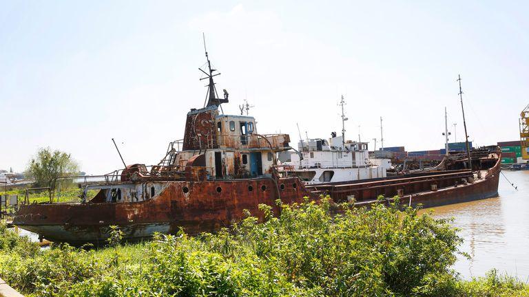 Uno de los barcos abandonados que serán removidos