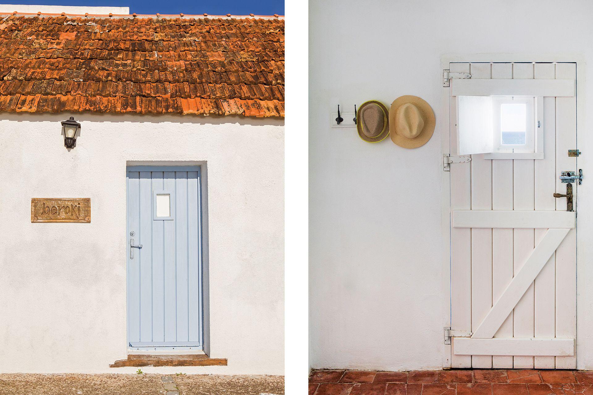 La vieja puerta da paso a un living.