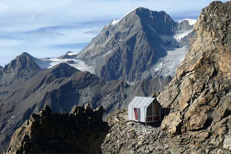 Vivac Luca Pasqualetti, en Morion Ridge, Valle de Aosta, Italia. Diseñado por Roberto Dini y Stefano Girodo, 2018.