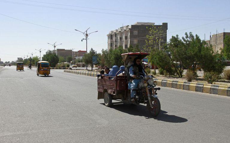 Mujeres y niñas en Afganistán fueron detenidas por su vestimenta