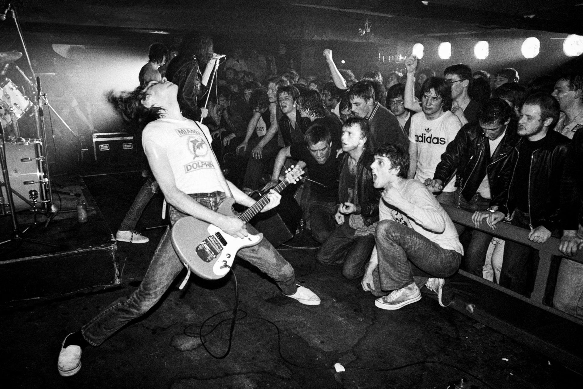 The Ramones/Gira europea/1977: Nadie en la naciente escena del punk en el Reino Unido estaba listo para el ataque de precisión de los Ramones, y tocar ante un público loco por el punk los llevó a hacer sus shows más intensos