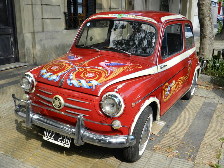 Un Fiat 600 fileteado como los colectivos de antaño para una campaña publicitaria.