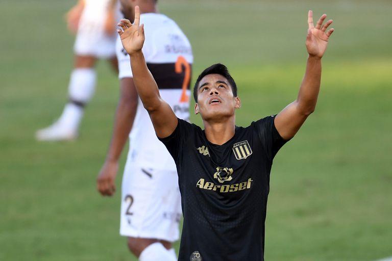 Lorenzo Melgarejo celebra su gol, el primero de Racing ante Platense.