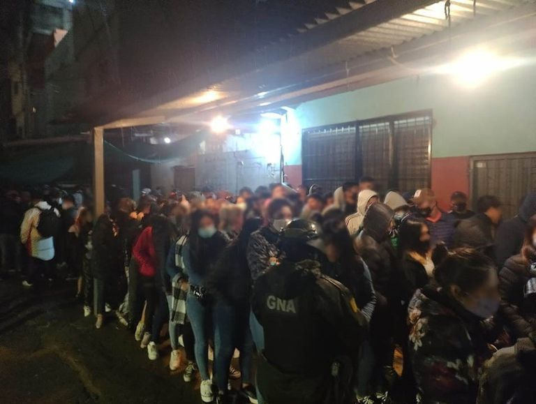 Flagrante: desbaratan una multitudinaria fiesta de cumpleaños clandestina en la villa 1-11-14