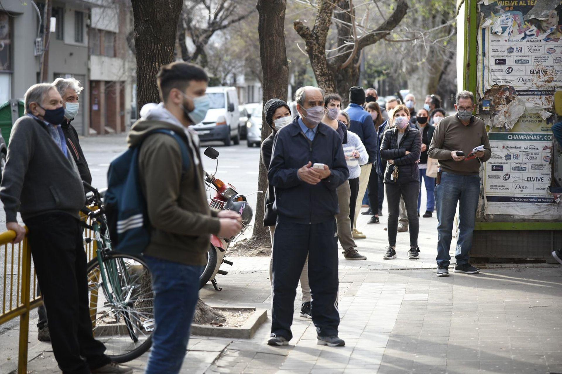 Largas colas en el Instituto de la Sagrada familia en Rosario porque no habían llegado los boxes para poder votar con la boleta única, también faltaban autoridades de mesa