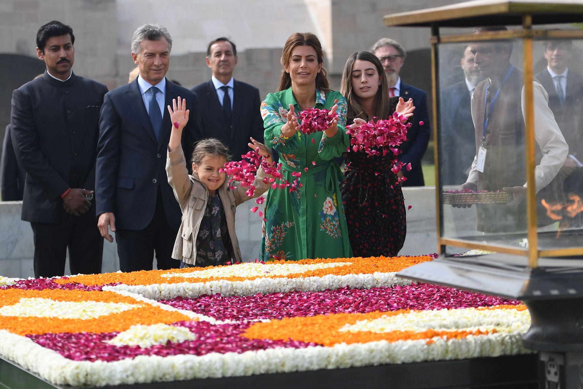La ofrenda floral de Juliana Awada y sus hijas en una actividad oficial