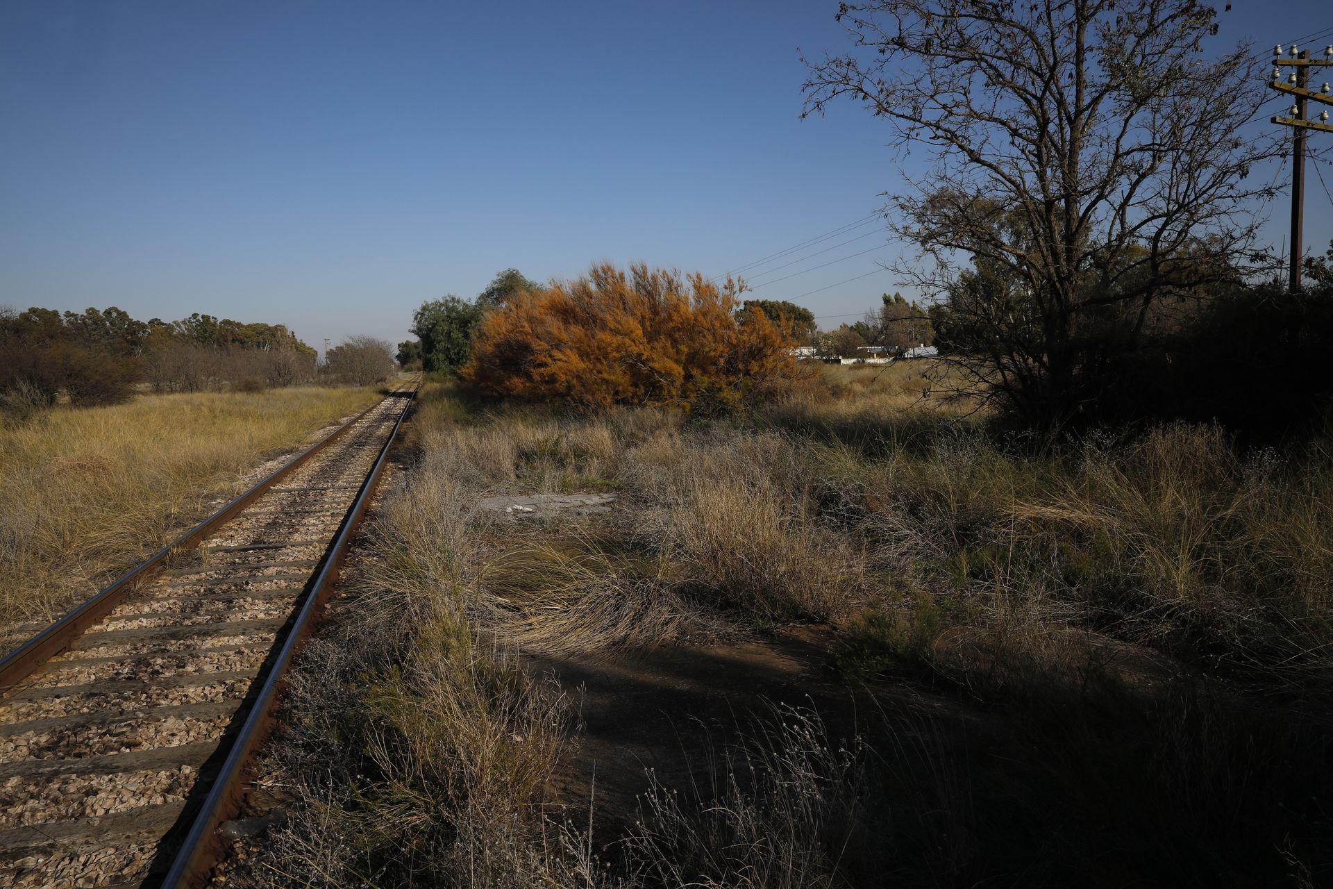 La estación de tren fue desmantelada y donde antes se hallaba el andén hoy crece el pastizal