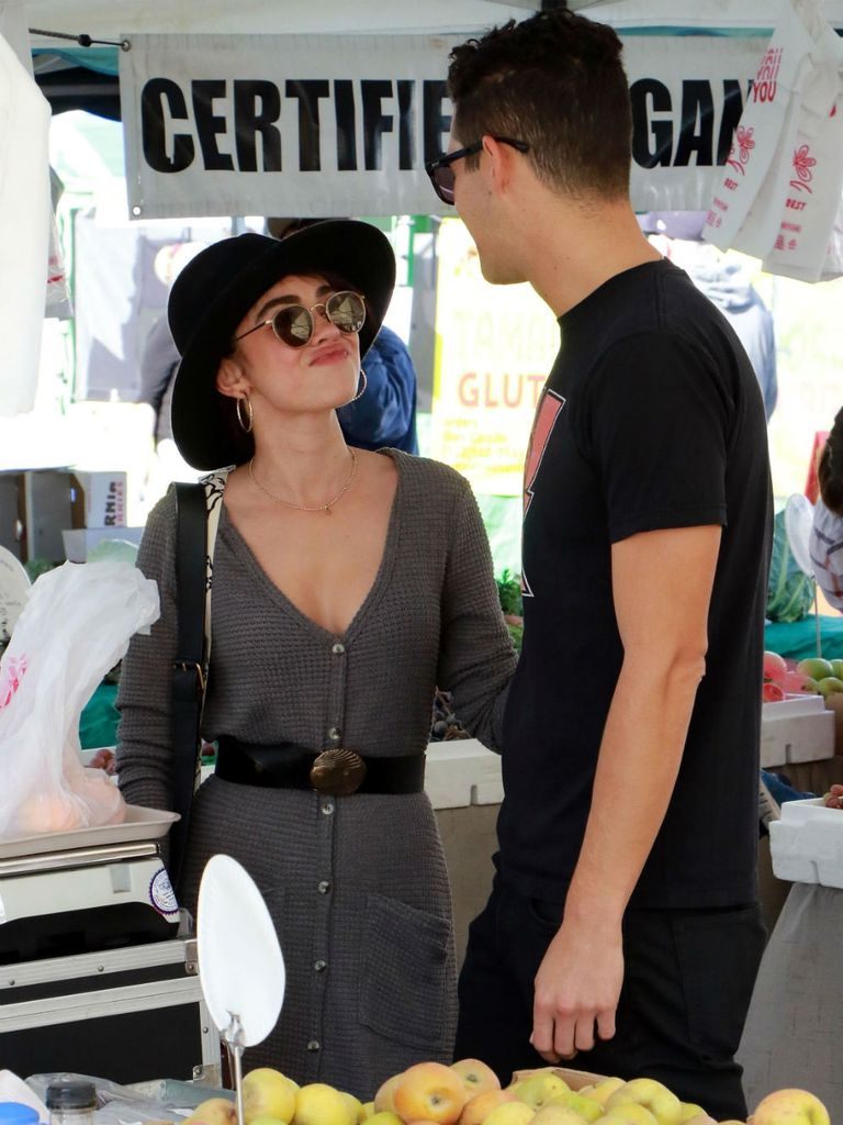 La actriz de Modern Family, Sarah Fyland, feliz con su novio Wells Adams en el Farmers Market de Los Ángeles