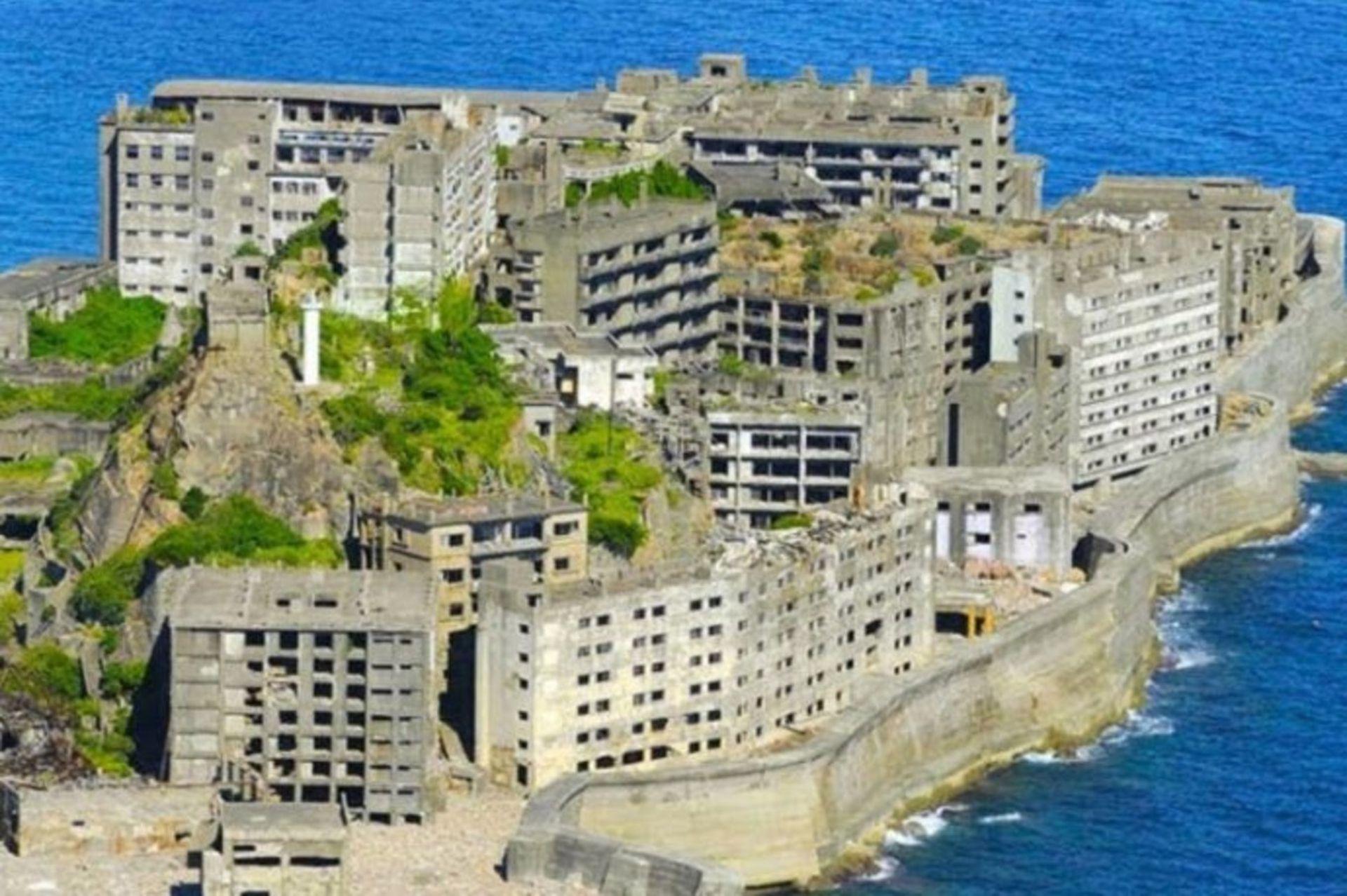 Por sus grandes murallas y construcciones de hormigón, Hashima fue llamada también isla acorazada o isla sin verde