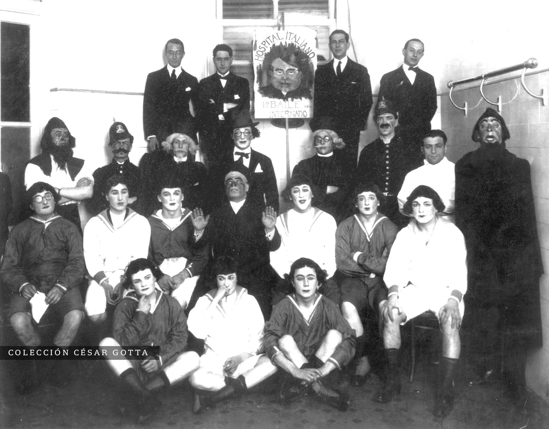 Estudiantes del Hospital Italiano en ocasión del último Baile del Internado, en 1924.