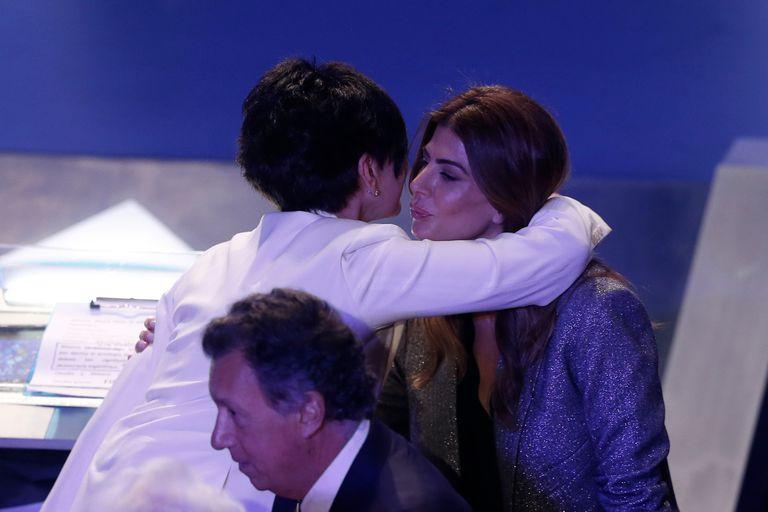 Juliana Awada se abraza con la periodista Mónica Gutiérrez, moderadora del debate presidencial