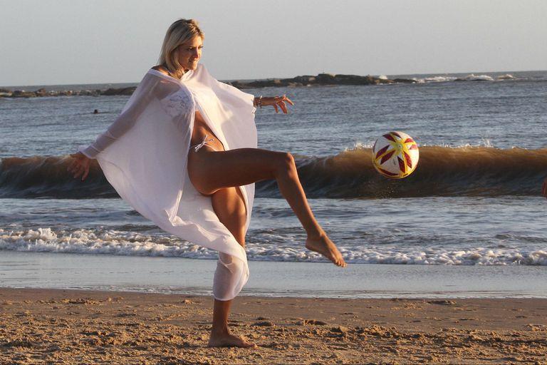 Candela Ruggeri demuestra su talento para el fútbol, frente al mar