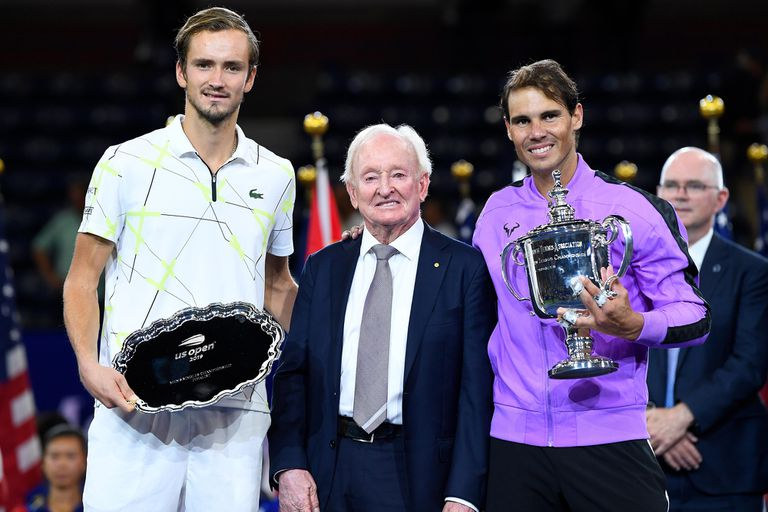 La premiación del US Open 2019: Rod Laver, leyenda del tenis, junto con el subcampeón (Daniil Medvedev) y el ganador (Rafa Nadal).