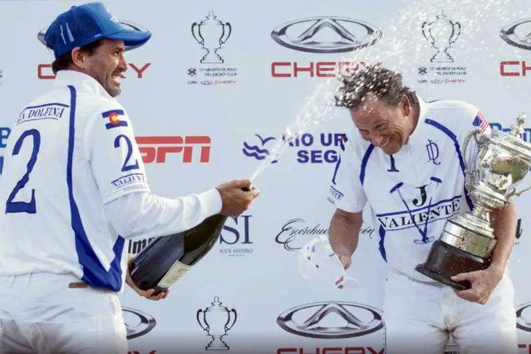 Bob Jornayvaz festeja en el podio con Adolfo Cambiaso, el mejor polista del mundo