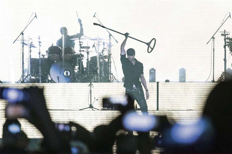 Subió a varios fans, les cedió el micrófono y dejó que una pista grabada cantara más que él
