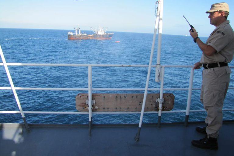 Los radares confirmaron que el buque se encontraba con las redes extendidas y arrastrando pescado