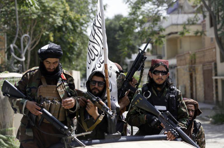 Talibanes patrullan Kabul (AP Photo/Rahmat Gul, File)
