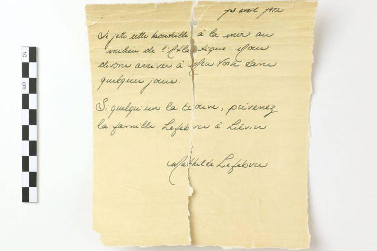 """""""Estoy tirando esta botella al mar en medio del Atlántico"""", dice el mensaje de Mathilde Lefebvre, pasajera del Titanic, que viajaba a Estados Unidos para reencontrar a su padre"""