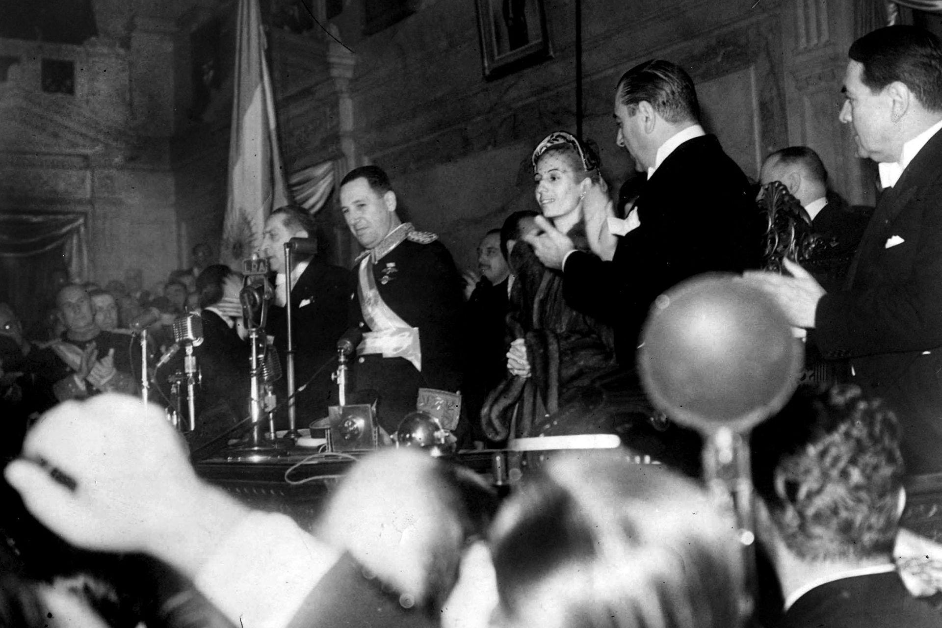 Juan Domingo Perón y Eva Duarte durante la asunción de la segunda presidencia