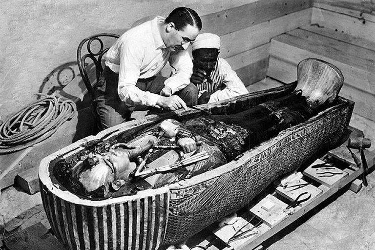 Todo empezó en 1922, cuando el arqueólogo Howard Carter y su equipo hallaron el famoso sarcófago del joven faraón (Wikipedia)