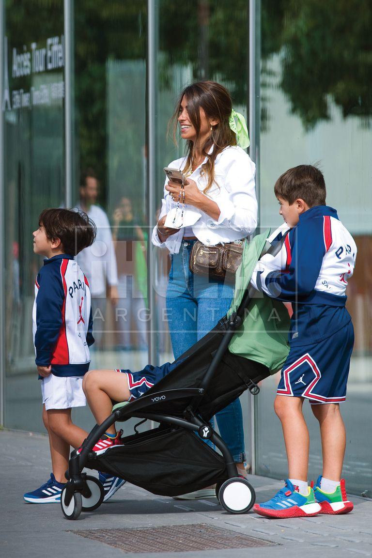 El lunes 16, llevó a los chicos (los tres vestidos con short, remera y campera del PSG) a pasear.