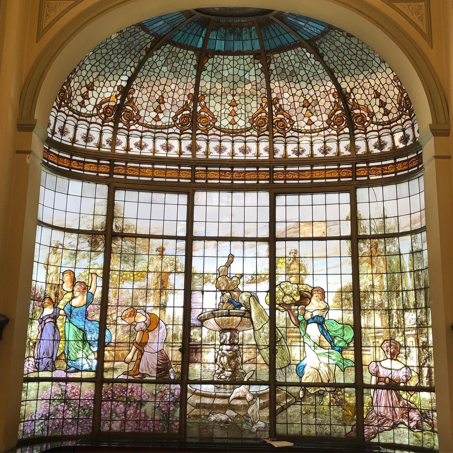 Farina Ruiz trabajó también en la conservación de los vitrales de la confitería Las Violetas, de Almagro.