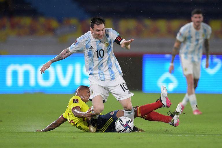 Lionel Messi disputa la pelota con Wilmar Barrios.