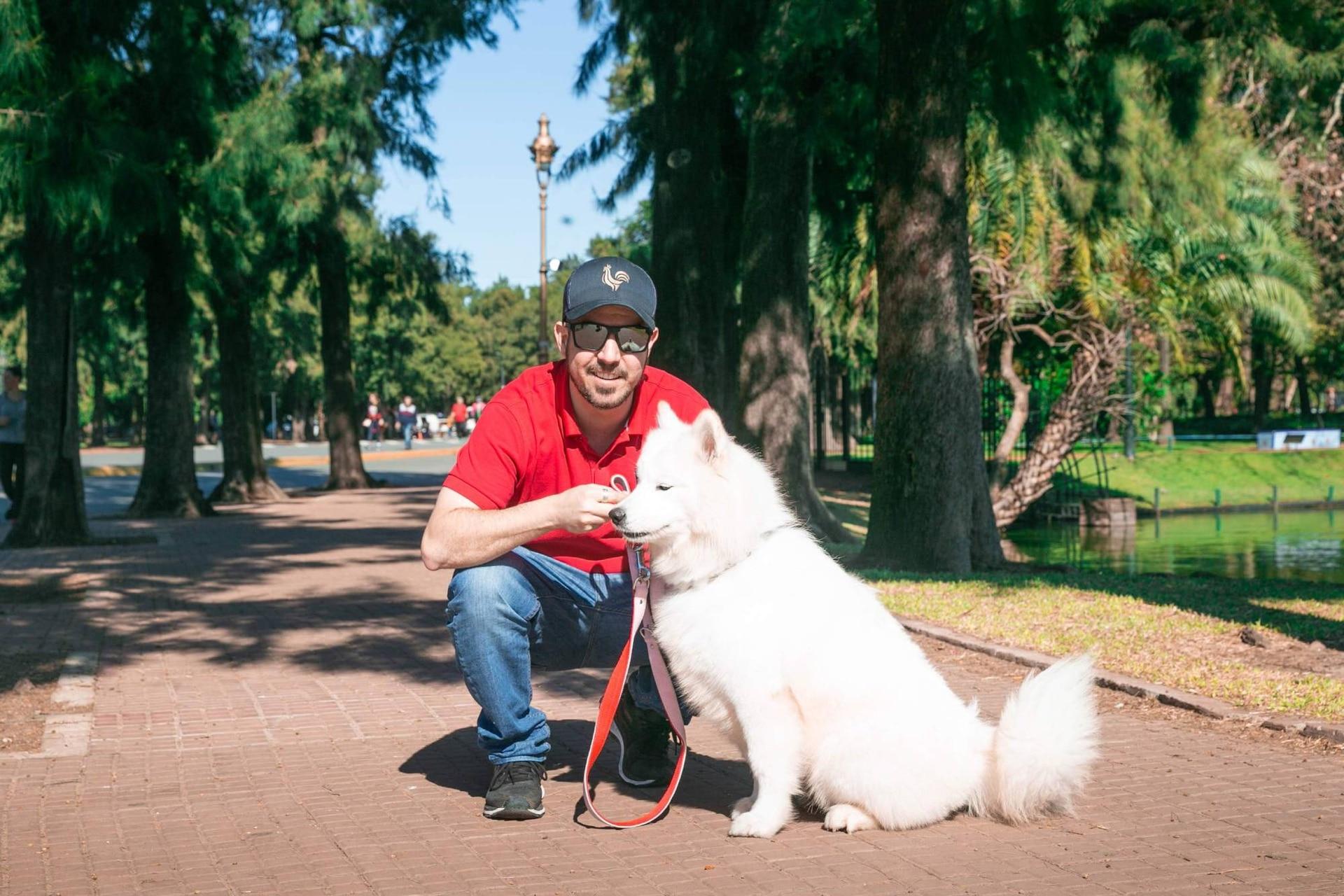 Leonardo en Buenos Aires junto a su perra, Kayla.