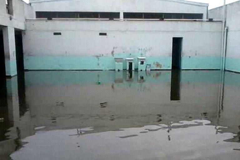 Así queda el patio de la escuela cuando llueve