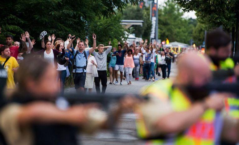 Decenas de personas fueron evacuadas con las manos en alto del shopping de Munich