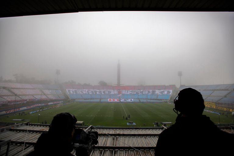 Muy pocos periodistas acreditados para cubrir en el estadio el clásico uruguayo; apenas los que tenían que ver con la transmisión de la TV