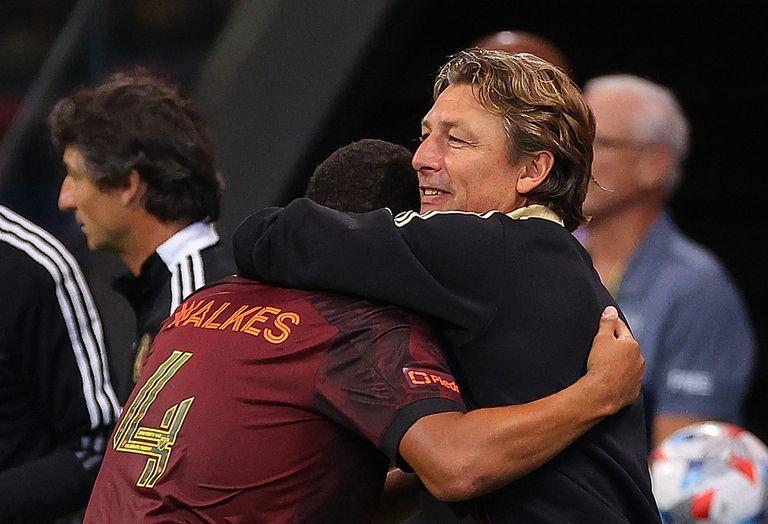 Gabriel Heinze abraza a Anton Walkes; la química entre el entrenador argentino y los futbolistas no duró demasiado