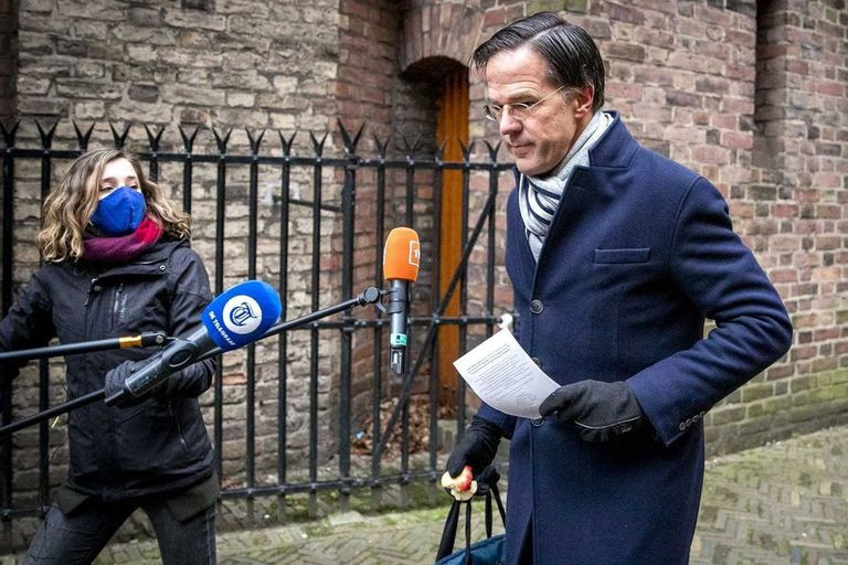 Mark Rutte al llegar al edificio Binnenhof, antes de tener una reunión con el gabinete para anunciar su dimisión