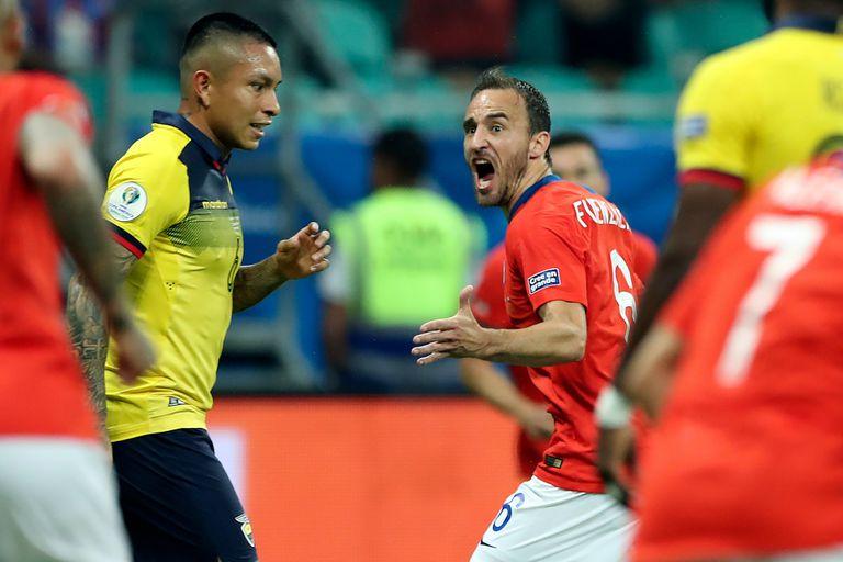 Fuenzalida celebra el primer gol de Chile