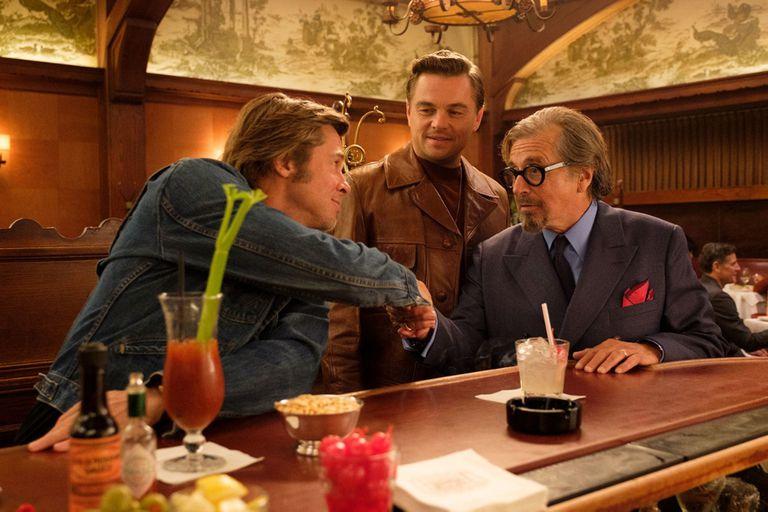 Brad Pitt, Leonardo DiCaprio y Al Pacino en una escena de la novena película de Tarantino