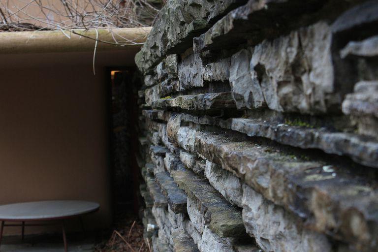 Con el objetivo de alcanzar una integración con el ambiente, los cimientos de la casa son las mismas rocas del lugar