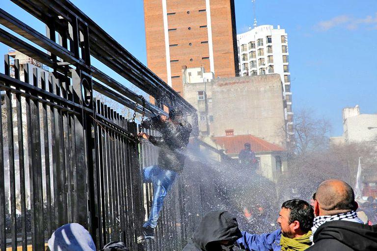 Fue durante una protesta de militantes del astillero Río Santiago