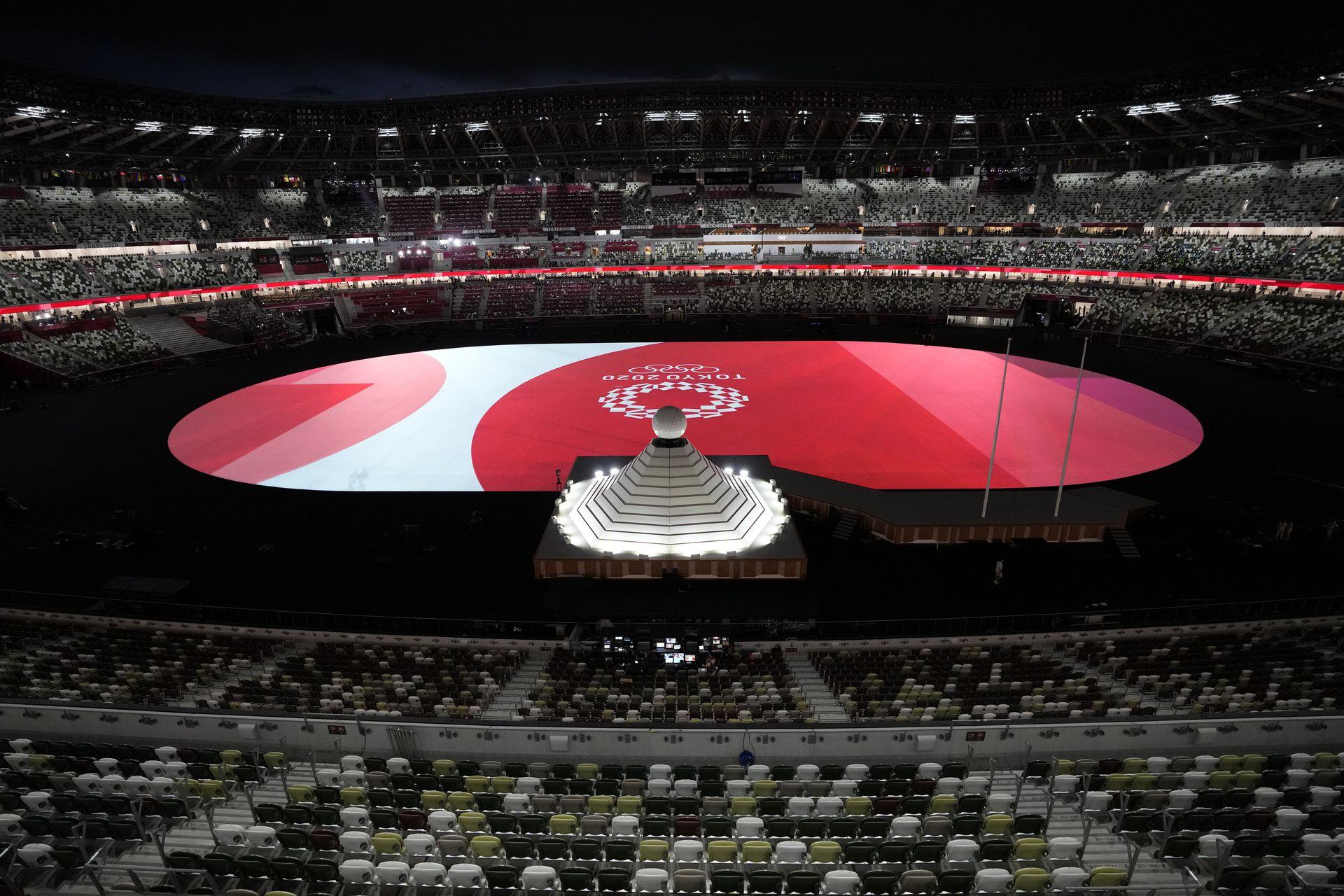 El caldero se encuentra cerca de un escenario durante la ceremonia de apertura en un Estadio Olímpico vacío en los Juegos Olímpicos de Verano de 2020, el viernes 23 de julio de 2021, en Tokio Japón