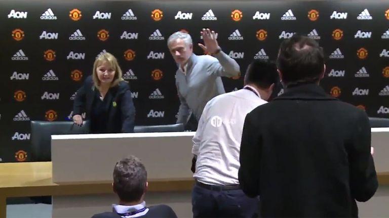 Mourinho se retiró sin escuchar ninguna pregunta