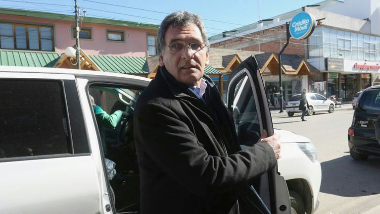 Claudio Avruj llegando a los tribunales de Esquel