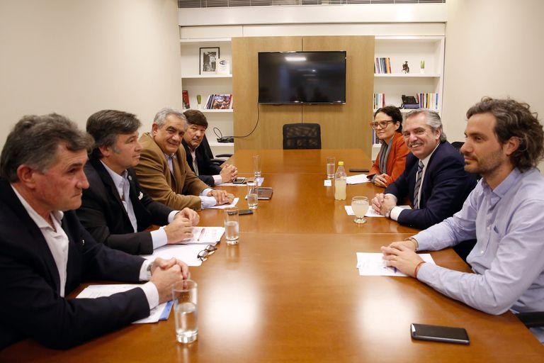 Alberto Fernández y la mesa de Enlace. A su izquierda, Santiago Cafiero, su mano derecha y candidato a jefe de Gabinete