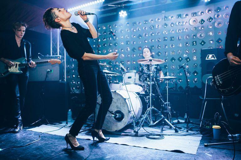 Jehnny Beth en la voz de Savages, la banda inglesa de post-punk, en Babys All Right en Nueva York, el 12 de enero de 2015.