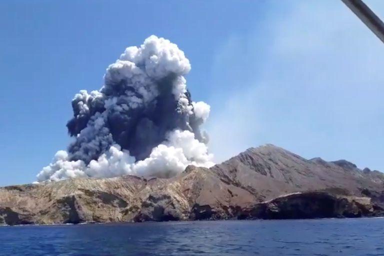 El volcán en plena erupción fue fotografiado por un turista desde un barco