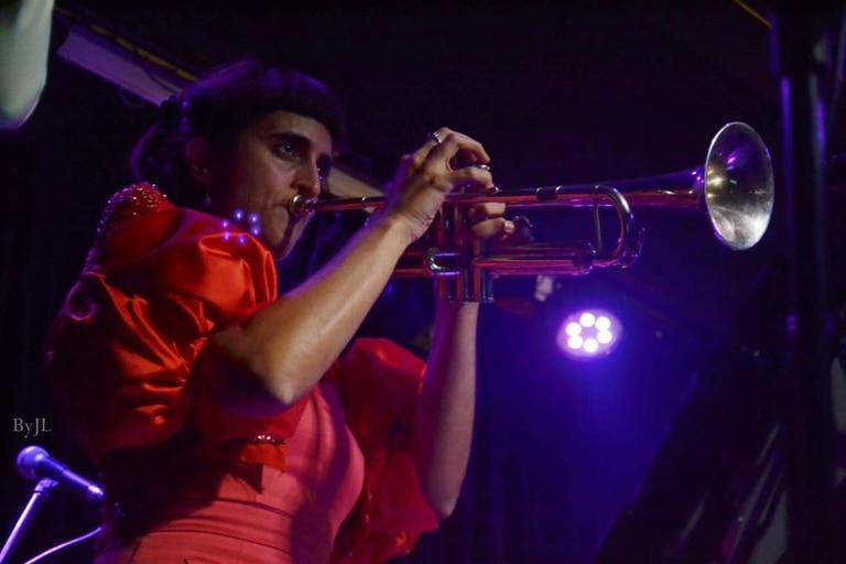 Jeanette Nenezian en un show de la banda Tu Vieja