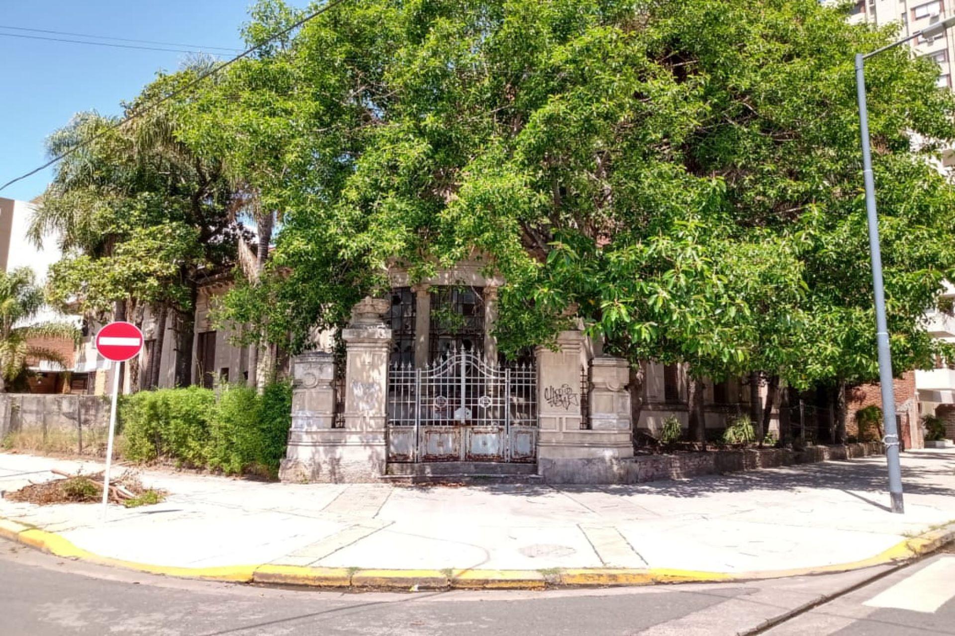 La casa se encontraba rodeada de una antigua arboleda y originariamente ocupaba un cuarto de manzana
