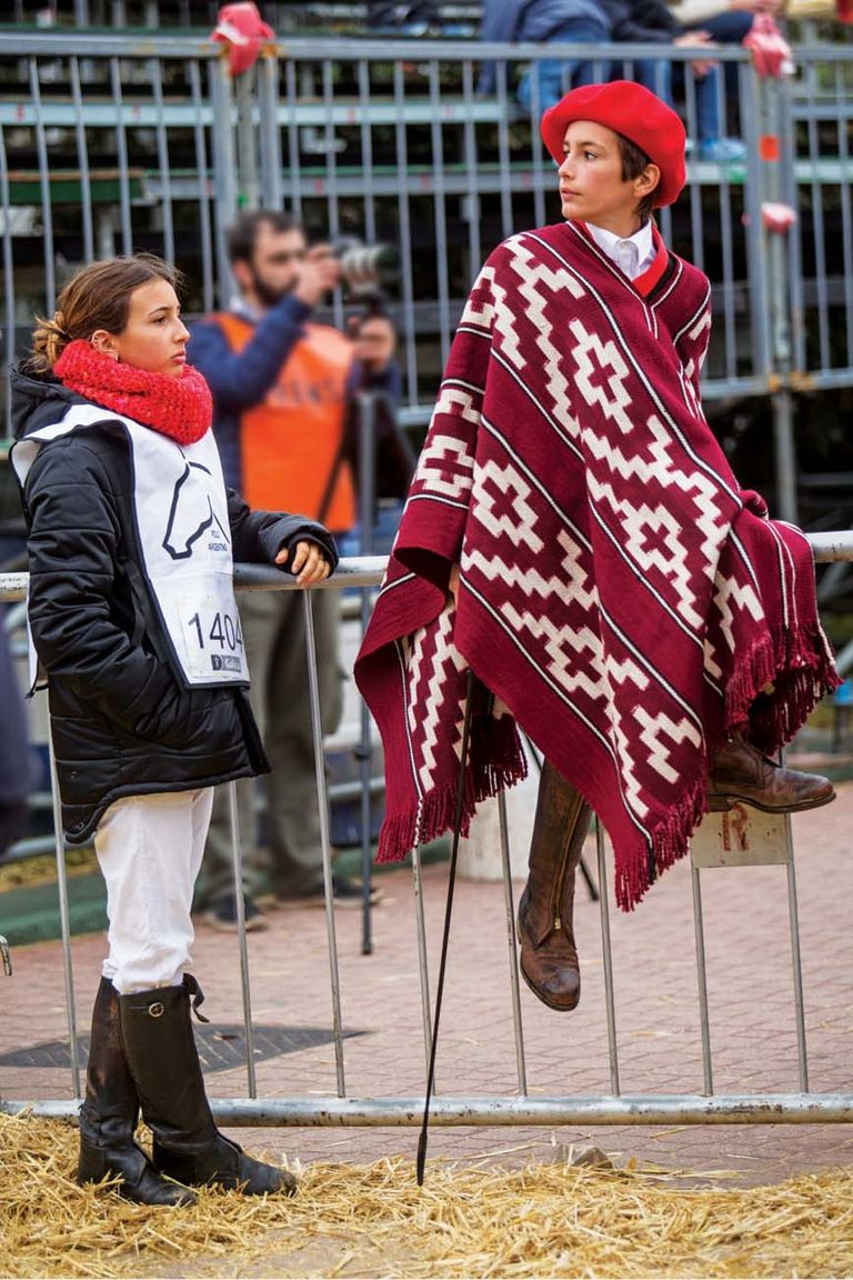Para la Rural, Poroto -en la foto, con su hermana Mia- se preparó con ayuda de su mamá: como las pilchas estaban en el campo de Córdoba, combinaron con gracia la camisa de colegio con un poncho prestado y boina de la extensa colección familiar.