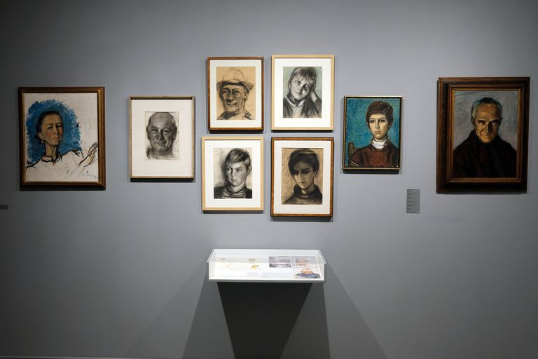 Autoretrato (primero a la izquierda) y retratos familiares de Margit Eppinger Weisz.
