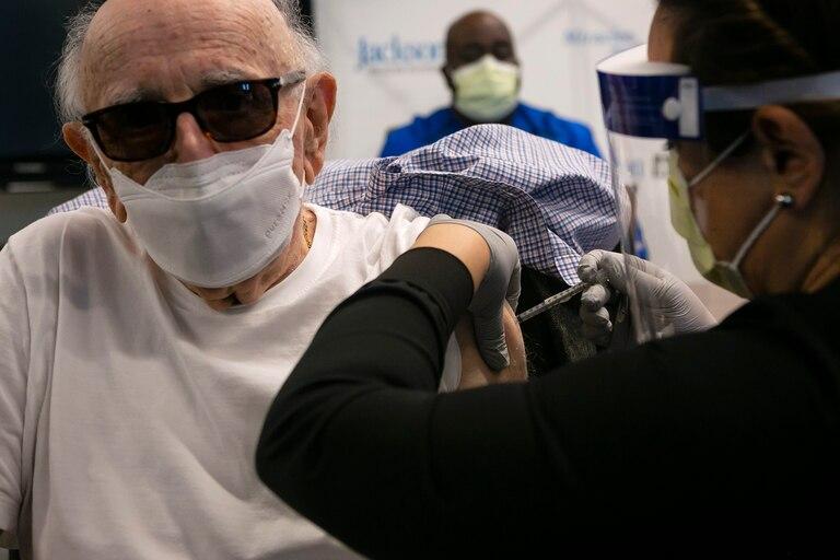 Norman G. Einspruch, 88, un paciente de cardiología en el Jackson Memorial Hospital, recibe su primera dosis de la vacuna Pfizer-BioNtech contra la Covid-19 en el Centro de Rehabilitación Christine E. Lynn, en Miami, Florida, el 30 de diciembre de 2020