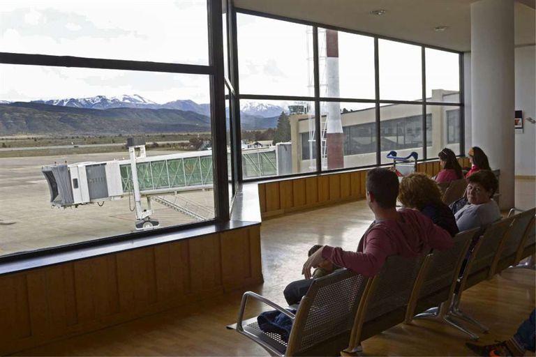 Ayer, un grupo de turistas aguardaba en el aeropuerto poder tomar su vuelo de las 22.15