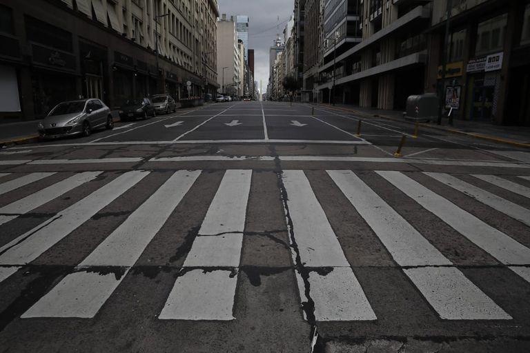 La Avenida Corrientes, vacía, esta tarde, en la nueva etapa de confinamiento